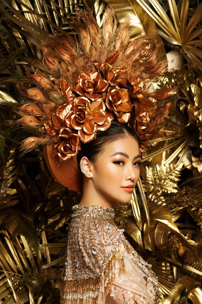 <p> Bộ trang phục được lấy cảm hứng từ nữ thần mặt trời đúng theo chủ đề cuộc thi. NTK Linh San đã đưa hình ảnh nữ thần vào trang phục áo dài qua chi tiết mấn đội đầu.</p>