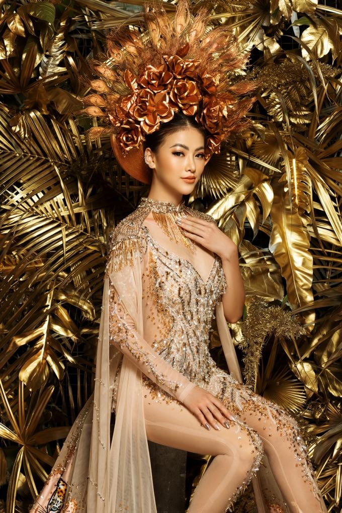 <p> Sự pha trộn giữa văn hóa phương Tây và nét truyền thống Việt Nam trên trang phục dân tộc giúp Phương Khánh chinh phục được BGK Miss Earth 2018. Người đẹp cho biết đến giờ vẫn cảm thấy tự hào khi khoác lại bộ quốc phục này.</p>