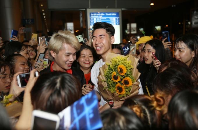 <p> Khi vừa bước ra cổng, họ bị hàng trăm fan ập đến chúc mừng, chào đón. Các fan đã có mặt từ trước mà không thông báo để tạo bất ngờ cho K-ICM - Jack.</p>