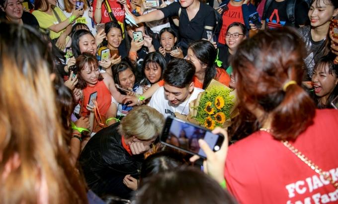 """<p> Hai nghệ sĩ trẻ được fan chào đón như idol Hàn đến Việt Nam. Fan vây quanh xin chụp hình và còn """"rượt theo"""" thần tượng để được tiếp xúc ở cự ly gần.</p>"""
