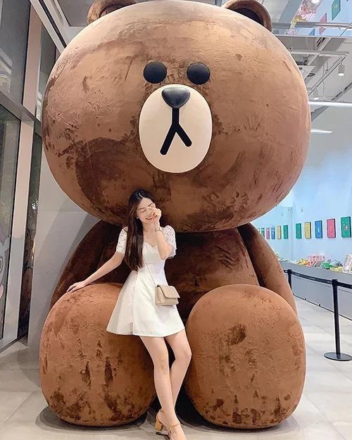 Á hậu Phương Nga không thể bỏ qua việc chụp hình với chú gấu Brown nổi tiếng khi đến Hàn Quốc.