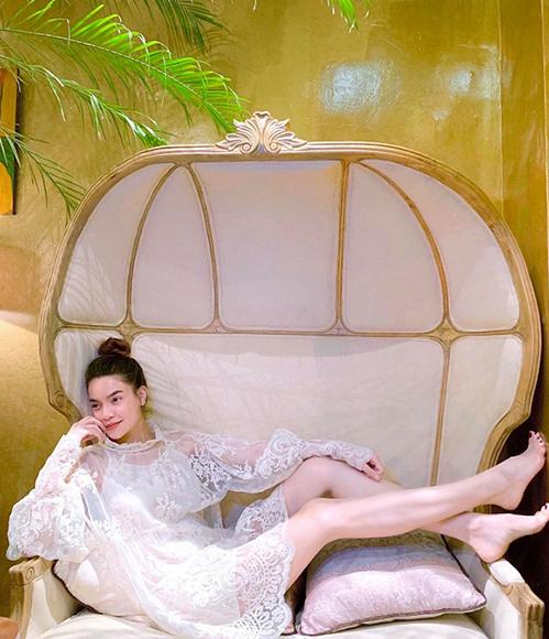 Hà Hồ khoe đôi chân dài với váy ren kiểu quý tộc.