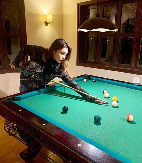 Kỳ Duyên chơi billiard rất điệu nghệ.