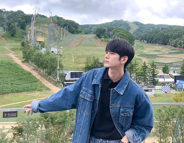 Ong Seong Woo diện cây denim bảnh bao, khoe góc nghiêng nam tính.