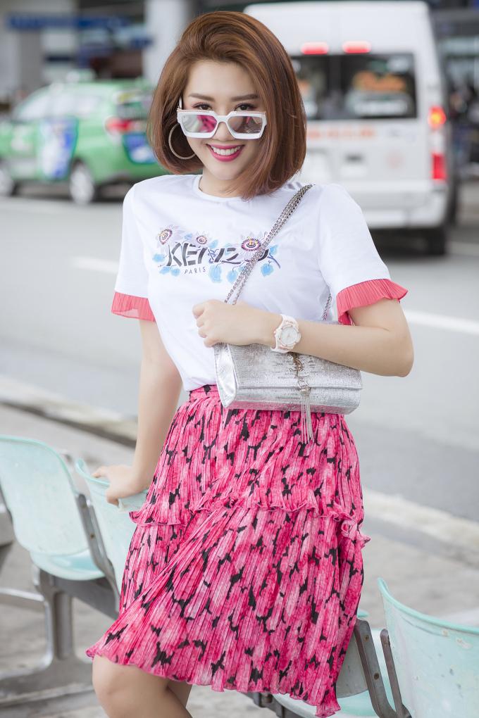 <p> Cô phối trang phục Kenzo cùng túi xách YSL, giày MLB hot trend. Đồng hồ, mắt kính cũng là hàng hiệu đắt tiền.</p>