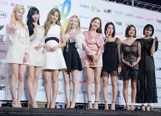 Twice xuất hiện với đội hình 8 thành viên, Mina vẫn tiếp tục vắng mặt vì bị bệnh tâm lý.