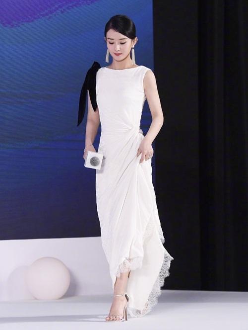 Màn tái xuất của Triệu Lệ Dĩnh thu hút nhiều sự chú ý của truyền thông và khán giả Trung Quốc. Cô diện váy dài trắng có thiết kế ôm eo, tôn hình thể mảnh mai. Nữ diễn viên chọn kiểu tóc buộc sau đơn giản, lối trang điểm đậm khiến gương mặt cô trông sắc sảo hơn. Ngoại hình của Triệu Lệ Dĩnh nhận được nhiều lời khen.