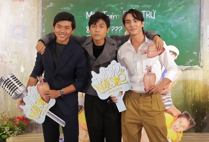 """<p> Đến chúc mừng đoàn phim có """"bộ đôi đam mỹ"""" của phim """"Thưa mẹ con đi"""" <span>Lãnh Thanh (phải) và Võ Điền Gia Huy (giữa). </span></p>"""