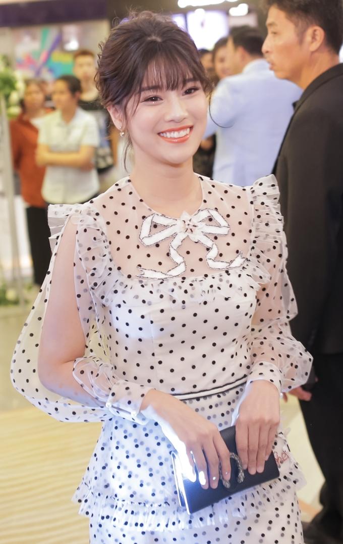 <p> Hoàng Yến Chibi chọn váy chấm bi nữ tính tại sự kiện.</p>
