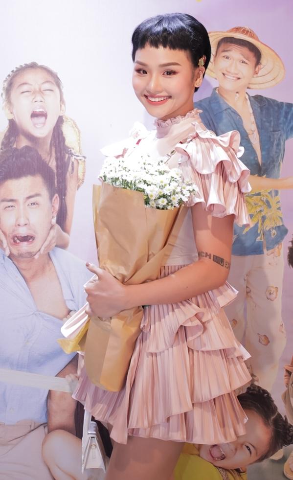 <p> Miu Lê có vai diễn cá tính, mạnh mẽ trong phim. Tại buổi ra mắt cô lại chọn style với váy bèo nhún, khoe vẻ nữ tính.</p>