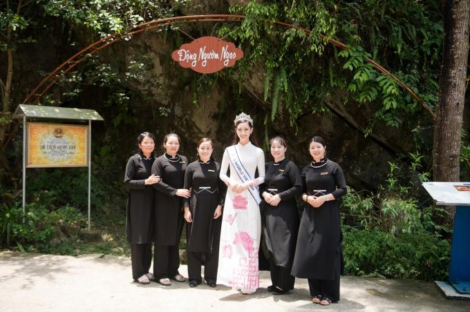 <p> Người đẹp có dịp ghé hang động Ngườm Ngao, chụp hình cũng những hướng dẫn viên trong trang phục đặc trưng của người Cao Bằng.</p>