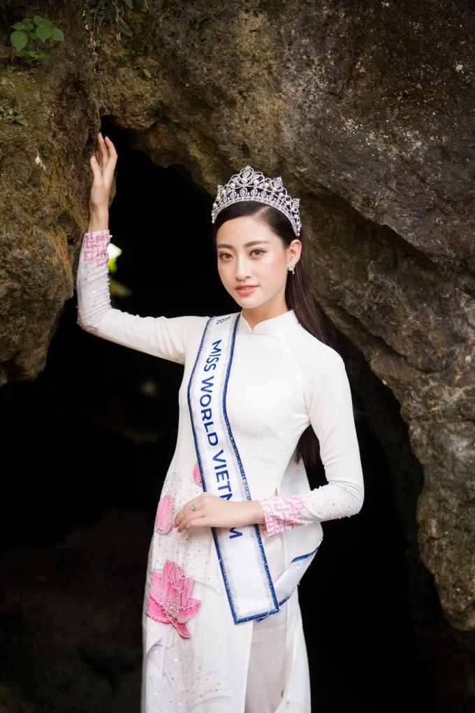 <p> Thùy Linh cho biết cảnh quan kỳ ảo, hùng vĩ bên trong hang động sẽ hấp dẫn ngay với những ai thích khám phá.</p>