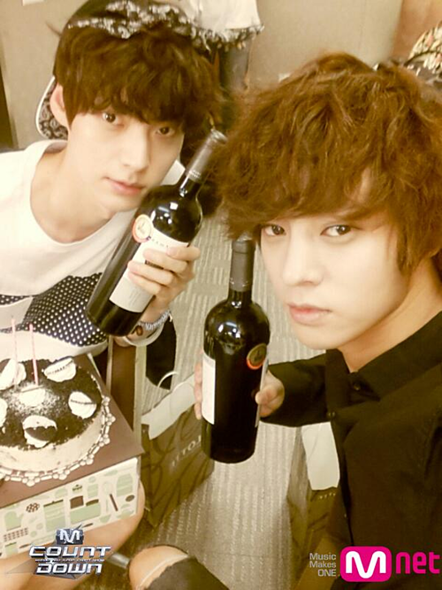 Ahn Jae Hyun (trái) và Jung Joon Young.
