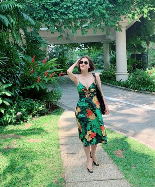 Thu Minh mặc váy hai dây gợi cảm đi dạo.