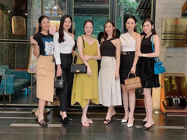 Hội chị em hoa hậu, á hậu tụ tập mừng sinh nhật Á hậu Hoàng Anh (váy xanh).