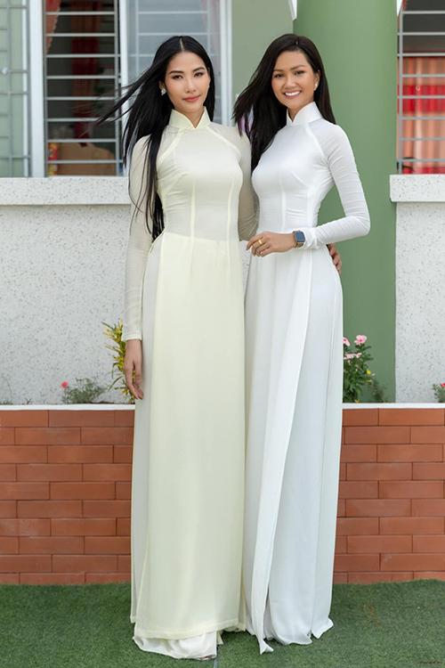 Hoàng Thùy và HHen Niê đọ nhan sắc một chín một mười khi cùng diện áo dài trắng, để tóc đen dài dịu dàng.