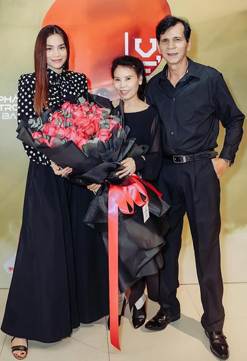 Hà Hồ được bố mẹ tặng bó hoa siêu to khổng lồ mừng MV mới thành công.