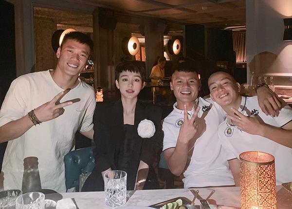 Hiền Hồ đi ăn cùng các tuyển thủ Việt Nam.