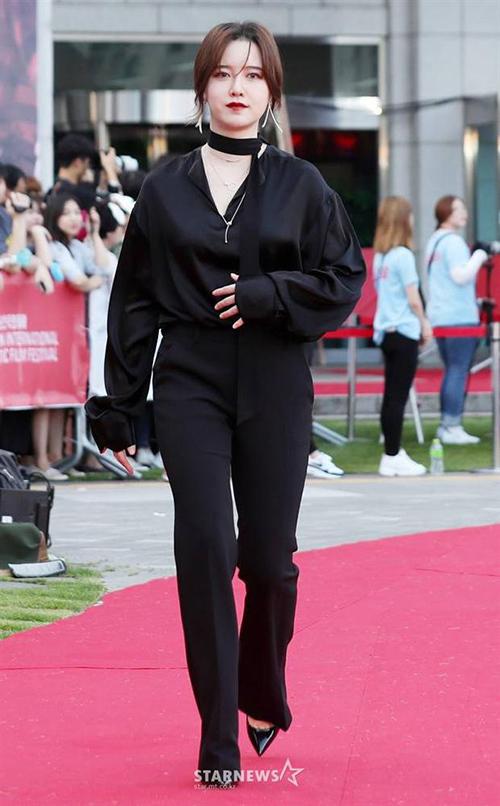 Các kiểu suit đóng bộ hay áo sơ mi mix cùng quần vải, giày cao gót không giúp Goo Hye Sun tôn dáng mà ngược lại còn khiến cô trông rất nhạt nhòa.