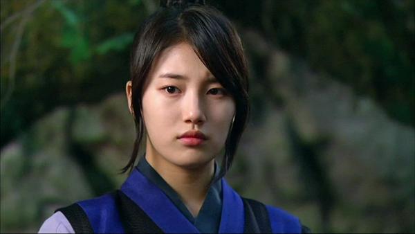 Gu Family Book là bộ phim cổ trang đầu tiên Suzy tham gia. Cô vào vai Dam Yeo Wool, một chiến binh dũng mãnh phải giả trai để che dấu thân phận của mình. Cô đã giúp Choi Kang Chi (Lee Seung Gi) thoát khỏi lời nguyền hồ ly. Khi đóng bộ phim này, Suzy lột xác với hình tượng tomboy giỏi võ, mạnh mẽ. Gu Family Book đã giúp Suzy dành hàng loạt giải thưởng truyền hình nh Ngôi sao phim truyền hình (Giải Mnet 20s Choice Awards), Nữ diễn viên xuất sắc(Seoul International Drama Awards), Cặp đôi xuất sắc với Lee Seung Gi (MBC Drama Awards)...