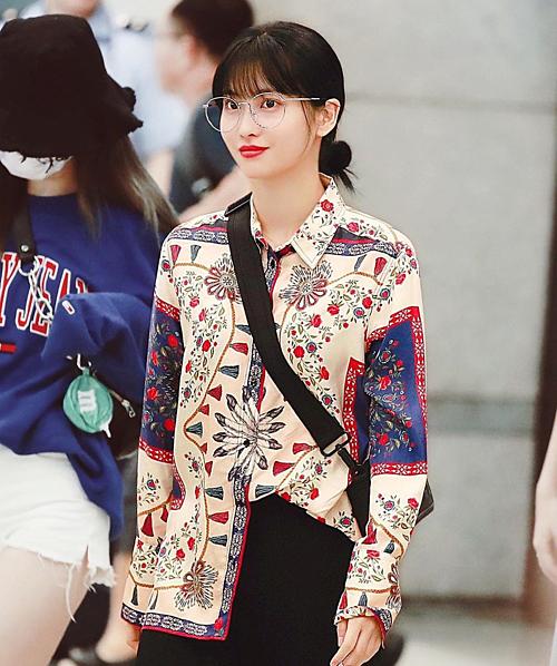 Chiếc áo sơ mi họa tiết cầu kỳ khiến Momo già đi không ít. Nhiều người nhận xét rằng nữ idol sinh năm 1996 vô tình biến mình thành