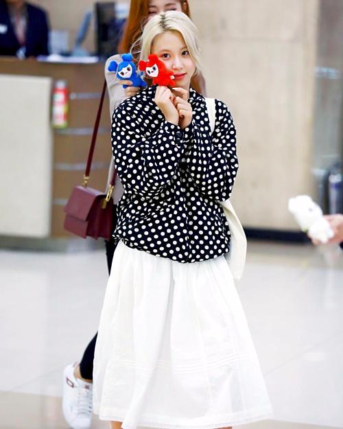 Combo áo khoác chấm bi cùng chân váy trắng khó có thể giúp Chae Young ghi điểm.