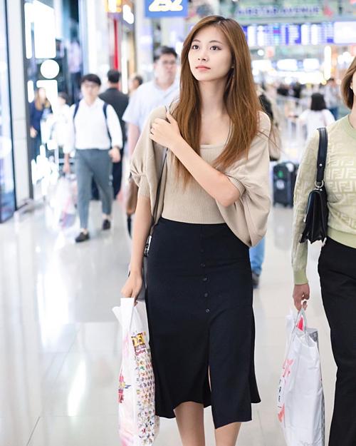 Tzuyu khó toát lên thần thái, khí chất của một idol khi diện outfit khá