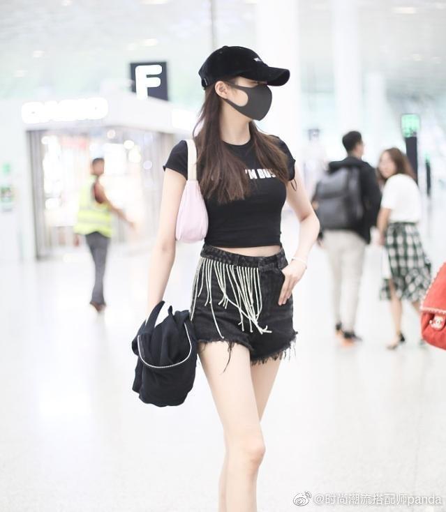 <p> Quan Hiểu Đồng nổi tiếng với thân hình trong mơ. Bạn gái Lộc Hàm chỉ mặc áo thun, quần shorts tua rua cũng khiến người qua đường phải ngoái lại nhìn.</p>
