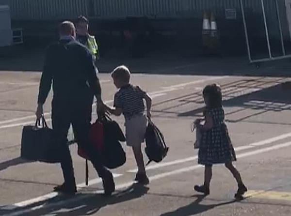 Hoàng tử  William và hai con, Hoàng tửGeorge và Công chúa Charlotte tại sân bay Norwich.