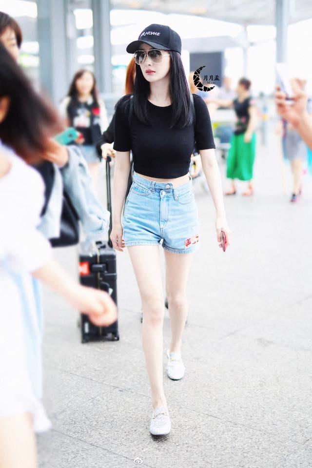 <p> Dương Mịch từng nhiều lần lên top tìm kiếm nhờ hình thể gợi cảm. Chỉ với một chiếc áo hở eo, quần short, nữ diễn viên đã thu hút mọi ánh nhìn ở sân bay.</p>