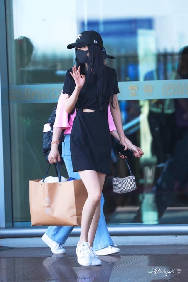 <p> Kiểu váy đen với nét nhấn nhá ở phần eo đã giúp Dương Mịch trở nên thời thượng, cá tính hơn hẳn.</p>