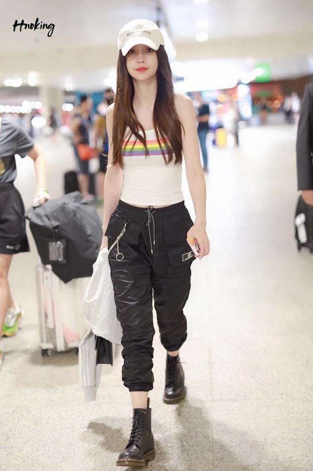 <p> Angelababy nổi tiếng là ngôi sao chú trọng vào thời trang mỗi khi ra sân bay. Dù đã sinh con, nữ diễn viên vẫn sở hữu vòng eo con kiến, thân hình mảnh mai. Chính nhờ ưu điểm này mà cô đặc biệt ưu ái những chiếc áo croptop, áo bó khoe dáng.</p>