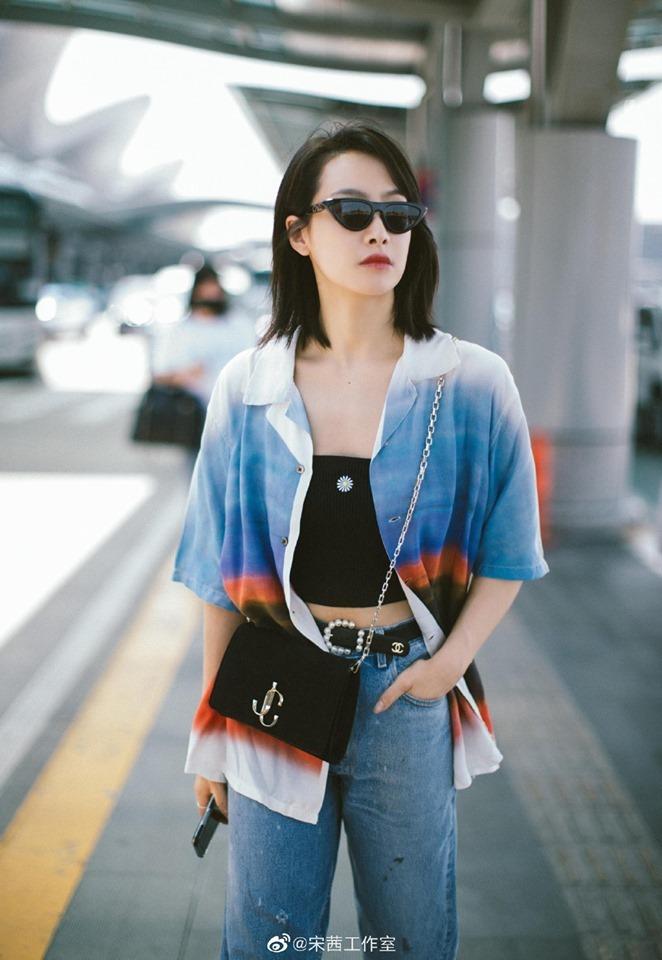 <p> Tống Thiến có phong cách sân bay hút mắt. Nữ ca sĩ, diễn viên khoác ngoài bằng một chiếc áo sơ mi, tạo vẻ năng động.</p>
