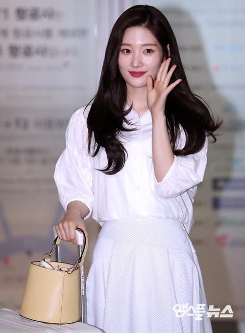 Với mức giá rẻ 89,000 won (khoảng hơn 1,7 triệu đồng) nhưng lại có nhiều màu tươi sáng dễ mix với các item khác nhau, nên chiếc túi này được nhiều idol ưa chuộng, trong đó có cả cô nàng Chanyeon (DIA)
