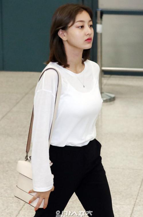 Jihyo (TWICE) diện chiếc túi Tindy Square Bag của hãng BBYB, với thiết kế nhỏ gọn, màu sắc tươi sáng, ngọt ngào là item được rất nhiều ngôi sao lựa chọn.