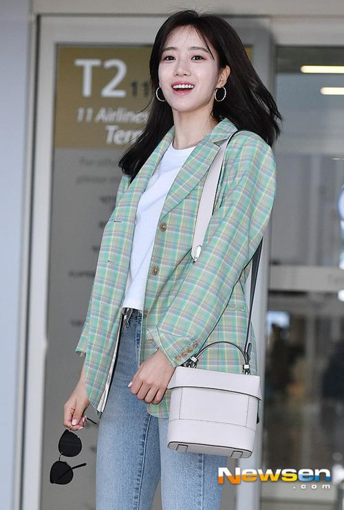 Eunjung xuất hiện rạng rỡ ở sân bay cùng với Tidy Square Bag. (