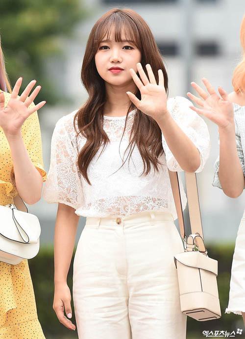 Yoojung (Weki Meki) lựa chọn màu Butter Cream tông xuyệt tông với trang phục