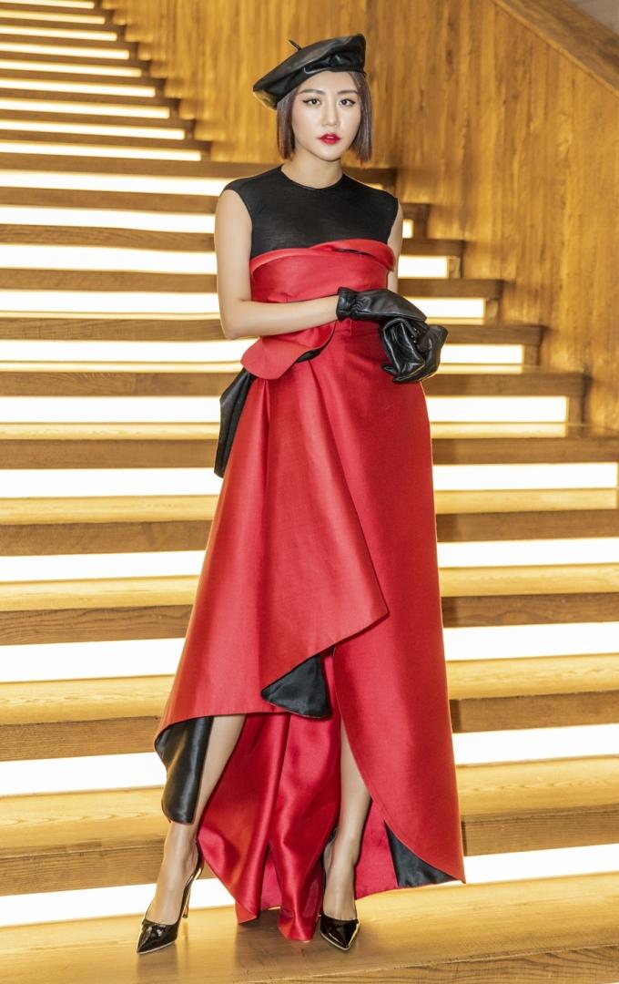 <p> Văn Mai Hương xây dựng hình ảnh nhẹ nhàng, nữ tính thời gian qua. Tuy nhiên, trong lần xuất hiện gần đây, nữ ca sĩ lại chọn style cá tính, bớt bánh bèo hơn.</p>