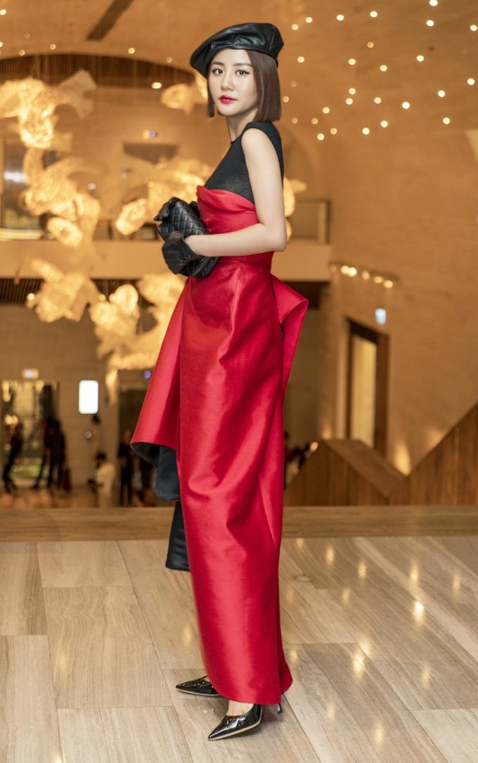 """<p> Giọng ca """"Lâu đài cát"""" mặc chiếc váy mang hai tông màu đỏ, đen của NTK Phương My. Cô mix thêm các món phù kiện như tất tay, mũ nồi, ví cầm tay để tạo điểm nhấn.</p>"""