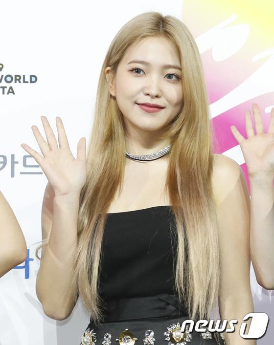 Yeri rất hợp với mái tóc vàng, cô nàng đeo lens xanh và được khen xinh đẹp như xinh đẹp như búp bê.