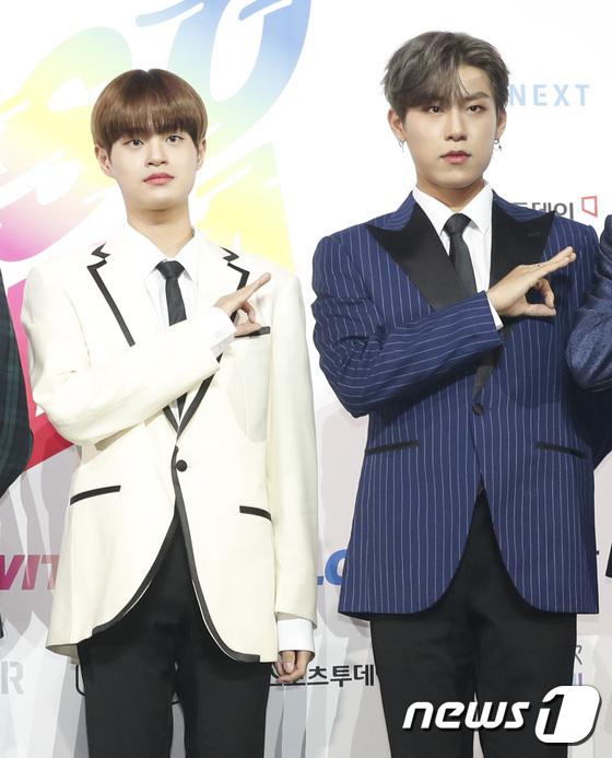 Nhóm sở hữu hai thành viên xuất thân từ Produce 101 là Lee Dae Hi (áo trắng) và Park Woo Jin.