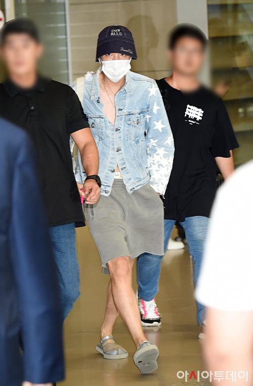 Thời trang sân bay của anh chàng khiến fan ngã ngửa.