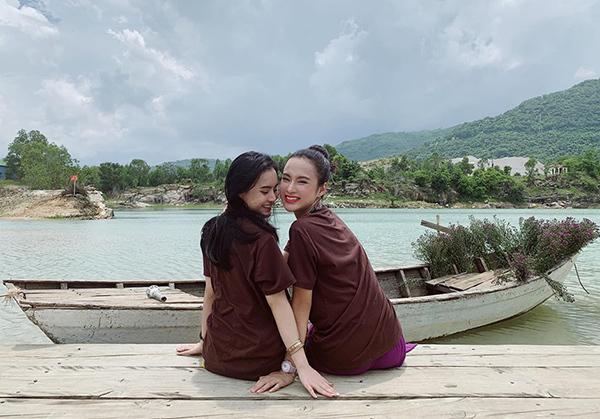 Angela Phương Trinh và em gái tình thương mến thương giữa khung cảnh đồng quê.