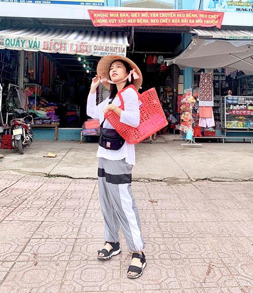 Diệu Nhi mặc đồ hiện đại nhưng đội nón, cắp làn đi chợ khiến fan không thể nhịn cười.