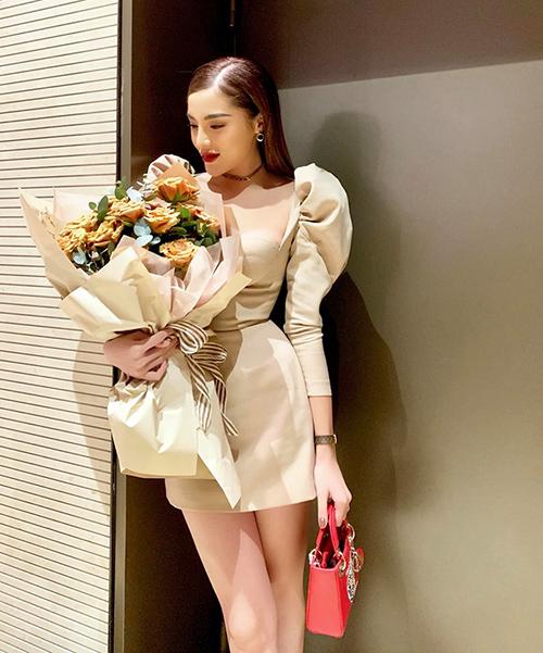 Kỳ Duyên tiết lộ cô là một người lãng mạn, thích được tặng hoa hồng và ôm từ phía sau lưng.