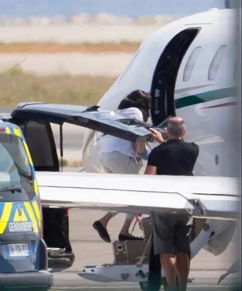 Meghan ôm con trai 3 tháng tuổi Archie lên máy bay từ Nice, Pháp để về Anh hôm 17/8.
