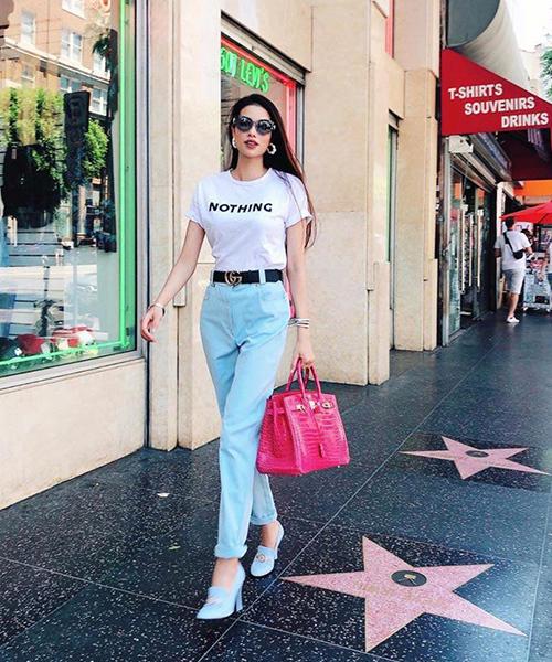 Trong những bức ảnh dạo phố gần đây tại Mỹ, Phạm Hương thường xuyên xách chiếc túi Hermes Birkin màu hồng rực rỡ. Thiết kế đẳng cấp làm từ da cá sấu giúp Hoa hậu nổi bật dù diện trang phục rất đơn giản.