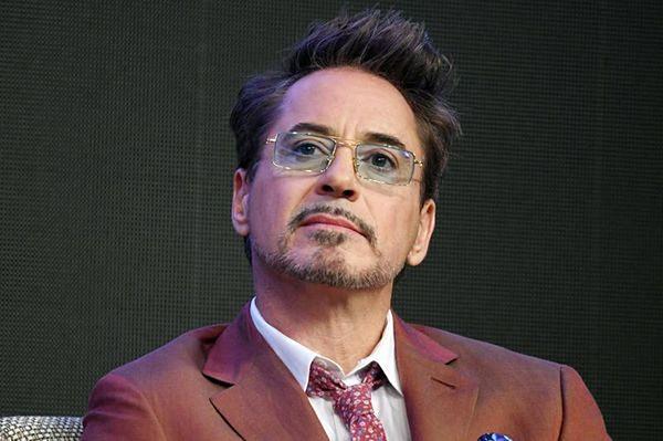 Tỷ phú Tony Stark Robert Downey Jr. luôn nằm trong danh sách những nam diễn viên kiếm tiền giỏi nhất của Hollywood. Năm vừa qua, dù chỉ đóng một vai Iron Man trong Avengers: Endgame, Robert Downey Jr. thu về66 triệu đô la, đứng thứ 3 trong danh sách.