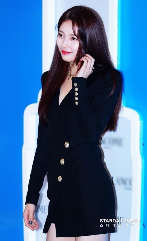 Hình ảnh mới của Suzy tràn ngập các trang báo mạng và các diễn đàn Hàn Quốc. Một số bình luận: Suzy thực sự là tình đầu quốc dân. Không ai thay thế được cô ấy; Dường như càng ngày Suzy càng mặn mà xinh đẹp hơn; Cô ấy là tuyệt nhất; Từ khi giảm cân vóc dáng Suzy cuốn hút hơn nhiều...