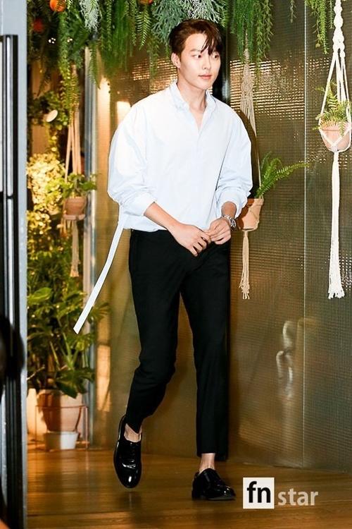 ...Nam diễn viên Jang Ki Yong.